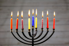 Hanukkah menorah με το ευτυχές κάψιμο κεριών Στοκ φωτογραφίες με δικαίωμα ελεύθερης χρήσης