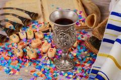 Hanukkah menorah των dreidels στην αγροτική ρύθμιση Στοκ Φωτογραφία