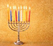Hanukkah menorah nad błyskotliwości tłem
