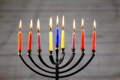 Hanukkah menorah z świeczek szczęśliwym paleniem Zdjęcia Royalty Free