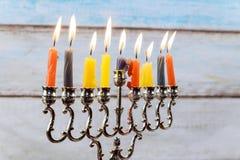 Hanukkah menorah z świeczkami i srebnym dreidel Zdjęcie Royalty Free
