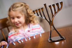 Hanukkah: Ostrość Na Hanukkah Menorah Z dziewczyną W plecy Fotografia Stock