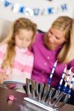 Hanukkah: Ostrość na Menorah i Dreidel