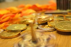 Hanukkah przędzalniany dreidel z czekolad monetami w Żydowskim festiwalu świateł wakacje Fotografia Stock