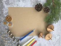 Hanukkah wyśmiewa w górę projekta tła menorah przędzalnianego wierzchołka i monet zdjęcie stock