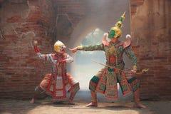 Hanuman与Thotsakan巨人在Khon或传统泰国手势战斗的猴子神作为文化跳舞艺术表现 免版税库存图片