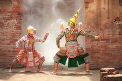 Hanuman与Thotsakan巨人在Khon或传统泰国手势战斗的猴子神作为文化跳舞艺术表现 免版税库存照片