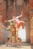 Hanuman与Thotsakan巨人在Khon或传统泰国手势战斗的猴子神作为文化跳舞艺术表现 库存照片