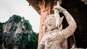 Hanuman猴子雕象和泰国艺术建筑学在Khaoyoi使寺庙陷下 免版税库存照片