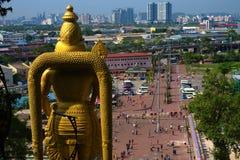 Hanuman Hindu-godsstandbeeld die bij Kuala Lumpur-horizon staren stock fotografie