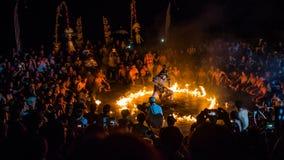 Hanuman som bränns i Lanka, en Ramayana episod i den Kecak dansen Fotografering för Bildbyråer