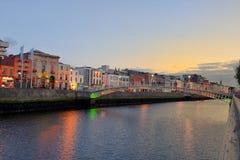 Hapenny bro i Dublin - en fot- bro 19 06 2018 Arkivfoton