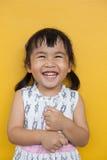关闭亚洲人与happi的ked暴牙的微笑的面部面孔的面孔 免版税库存图片