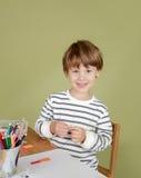 Happing och att skratta och att le barnet på skolan, Fotografering för Bildbyråer