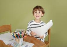 Happing, riant, enfant de sourire à l'école, images libres de droits