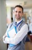 Happly-Lehrer Standing im Korridor Stockfoto