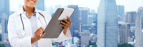 Happy african female doctor with clipboard Stock Photography