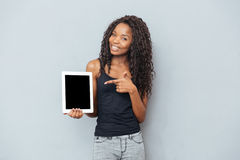Happy afro american woman showing blank tablet computer Royalty Free Stock Photos