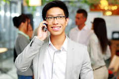 Happy asian businessman talking on the smartphone Royalty Free Stock Photos