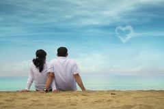 Happy asian couple at beach Royalty Free Stock Photos