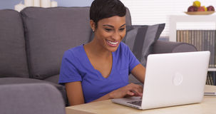 Happy black woman surfing the internet Royalty Free Stock Photos
