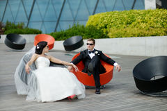 Bride and groom in a city Stock Photography