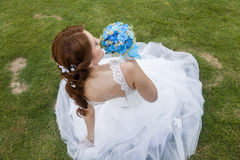 Happy bride holding bouquet of flowers Royalty Free Stock Photography