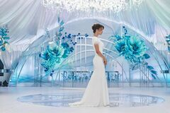 Free Happy Bride In A White Wedding Dress In A Beautifully Decorated Banquet Room Outdoors Royalty Free Stock Image - 180210946
