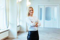 Happy business woman looking confident with modern building as b Royalty Free Stock Photos