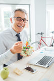 Happy businessman having an healthy lunch Royalty Free Stock Photography