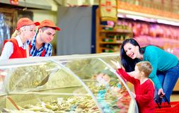 Happy buyers and sellers in grocery supermarket Royalty Free Stock Photos