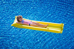 Happy child playing in swimming pool Stock Photography