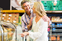 Happy couple buying food Royalty Free Stock Photos