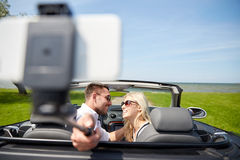 Happy couple in car taking selfie with smartphone Royalty Free Stock Photos