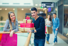 Happy couple with Christmas presents Royalty Free Stock Photos