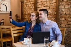 Happy couple in a coffee shop Royalty Free Stock Photography