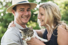 Happy couple with cute kitten Royalty Free Stock Images