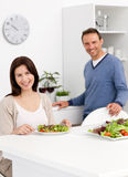 Happy couple eating a salad Royalty Free Stock Images