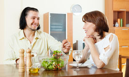 Happy couple eating vegetarian lunch Royalty Free Stock Images