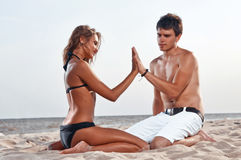 Happy couple enjoying vacations on the beach Royalty Free Stock Photography