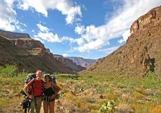 Happy couple hiking the Grand Canyon Royalty Free Stock Photos