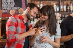 Happy couple holding drinks Royalty Free Stock Images