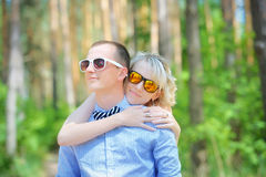 Happy couple hugging Royalty Free Stock Photos