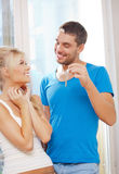 Happy couple with keys Royalty Free Stock Photography