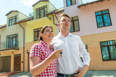 Happy couple with the keys about his new townhouse Royalty Free Stock Photo