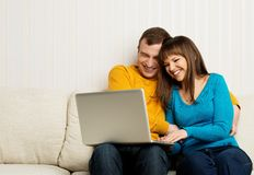 Happy couple with a laptop Royalty Free Stock Photos