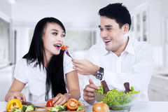 Happy couple making salad Royalty Free Stock Images