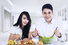 Happy couple preparing salad Royalty Free Stock Images