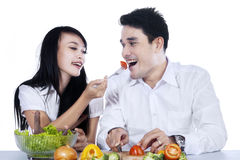 Happy couple preparing salad Royalty Free Stock Photos