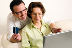Happy couple shopping online Royalty Free Stock Photography